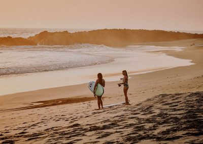 2-girls-surfing-in-el-transito-leon-nicaragua-nimbu-surfhouse