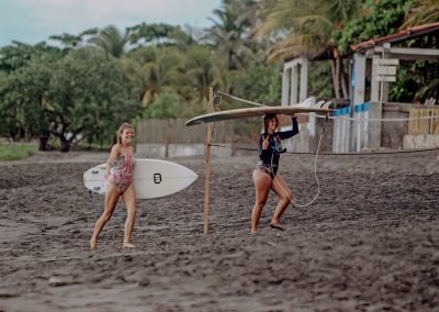 2-girls-with-surfboards-in-el-transito-nicaragua-nimbu-surfhouse