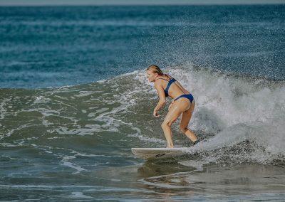 girl-surfing-in-el-transito-leon-nicaragua-nimbu-surfhouse