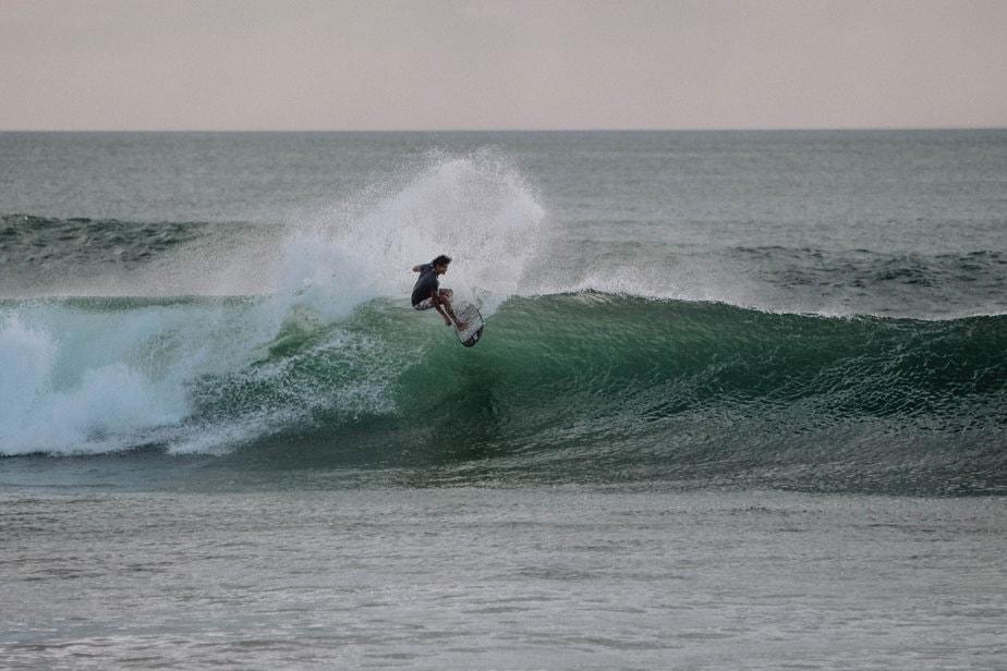Waves-in-el-transito-leon-nicaragua-la-vuelta